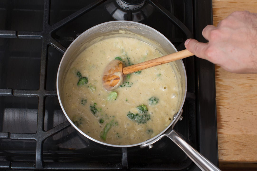 Make the béchamel sauce & add the broccoli