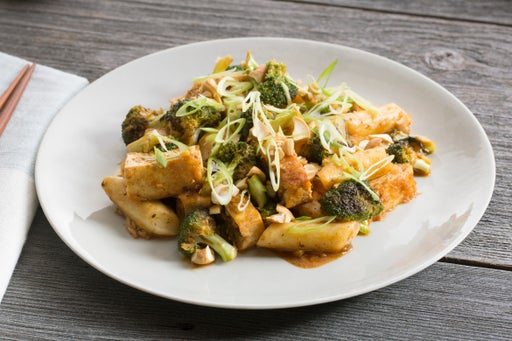 Spicy Korean Rice Cakes with Broccoli, Tofu & Cashews