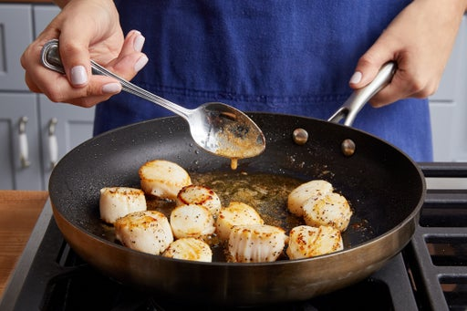 Cook the scallops & make the sauce: