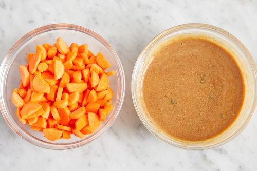 Prepare the carrots & make the sauce: