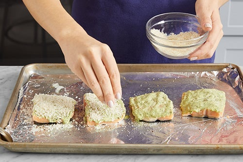 Make the pesto mayo & coat the fish: