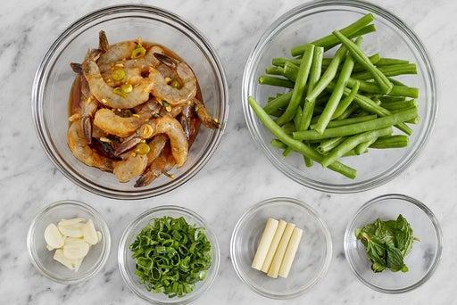 Prepare the ingredients & marinate the shrimp