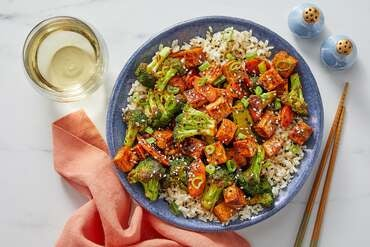 Sweet & Spicy Tofu with Broccoli, Carrots & Brown Rice