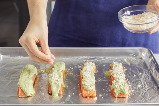 Make the pesto mayo & coat the fish: