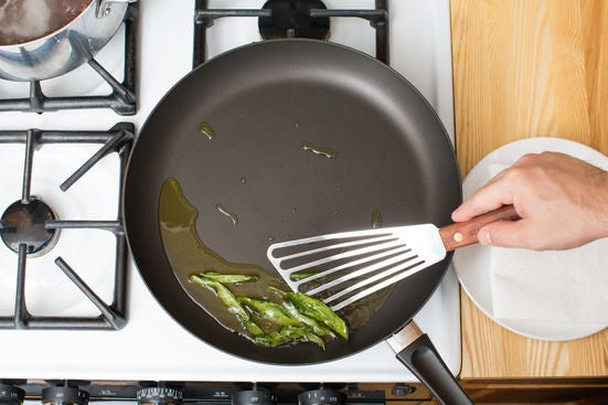 Fry the sage leaves: